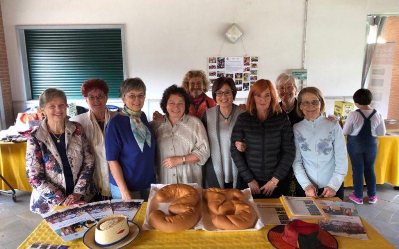 Foto di gruppo di Pane Condiviso con torta per anniversario
