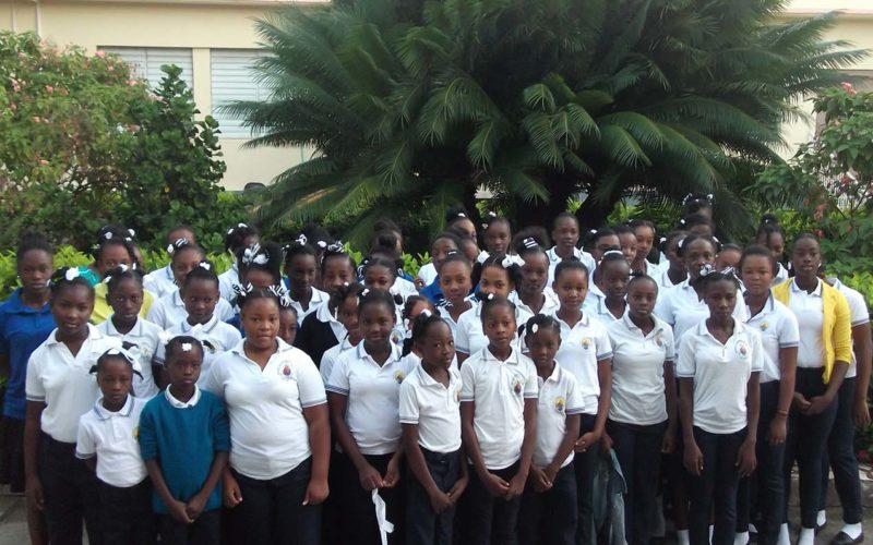 gruppo di ragazze ad Haiti con divisa scuola