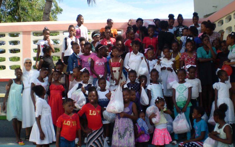 Gruppo di bambine in una scuola ad Haiti
