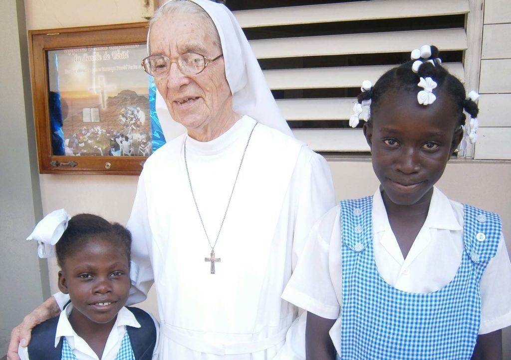 Suora Oliva Pia Colussi con due bambine