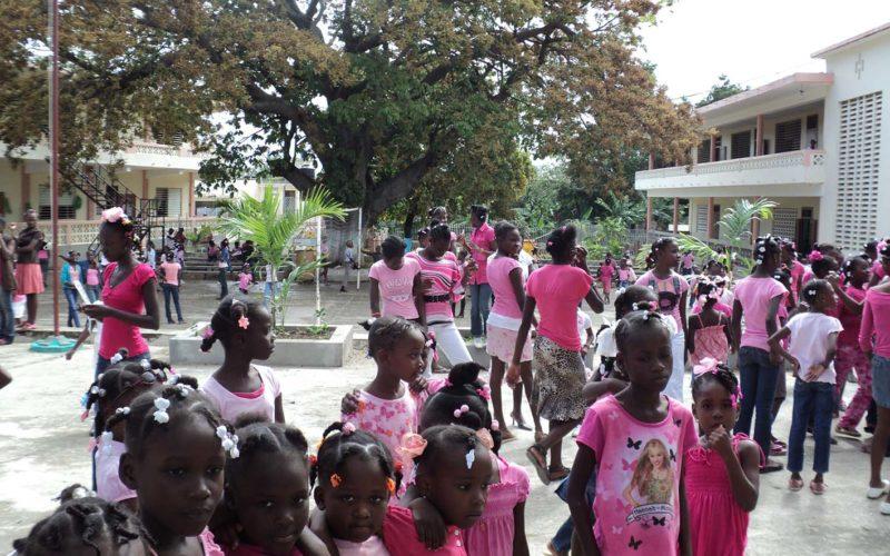 Bambine nel cortile dell'orfanotrofio vestite tutte di rosa