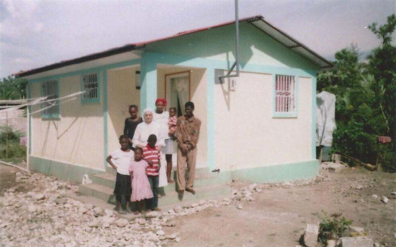Casetta costruita ad Haiti con la nuova famiglia propietaria e suora